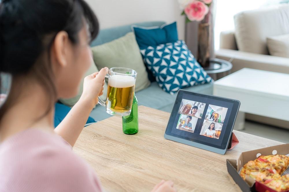 ノーメイクでも大丈夫!?オンライン飲み会を自宅で楽しむ5つの秘訣のアイキャッチ