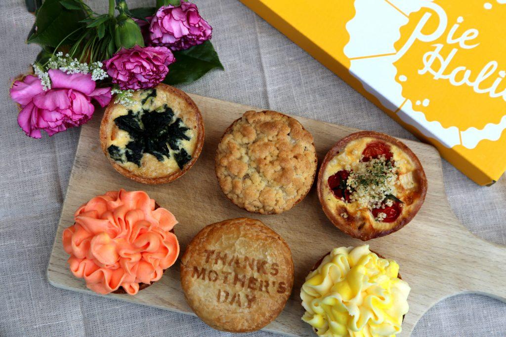 美味しいカーネーションはいかが?パイ専門店「パイホリック」からカーネーションパイが入った『母の日セレクション』登場のアイキャッチ